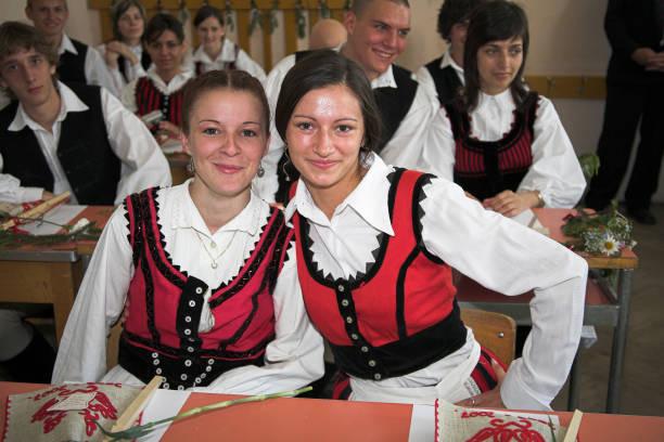 Erdélyi diákok magyar népviseletben