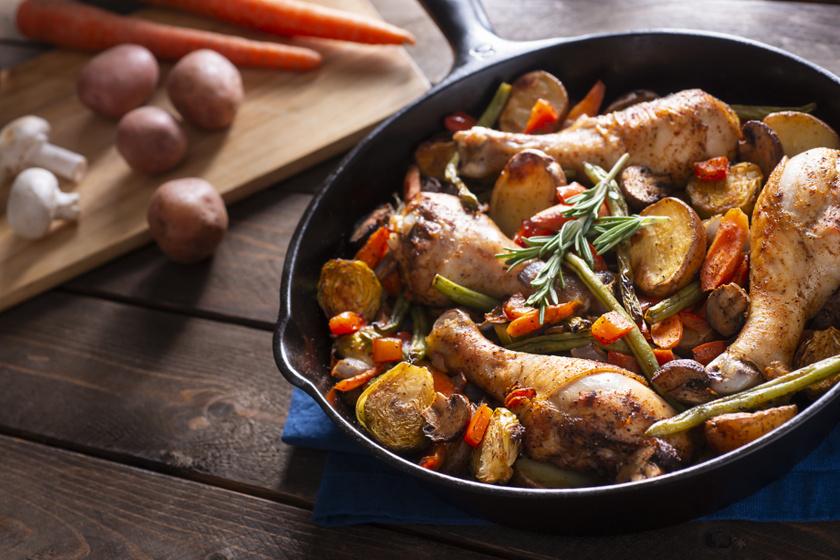 Serpenyőben pirult csirkecomb sok zöldséggel: a tartalmas fogás egyszerűen készül