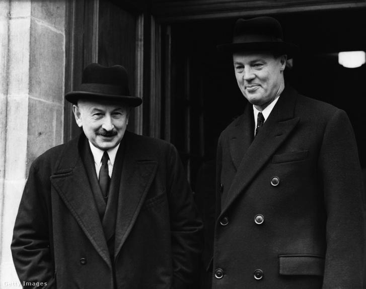 Lord Rothermere (j), a Daily Mail brit lapmágnás elnöke és Lord Burnham (b) a Daily Telegraph-tó1955-ben, Londonban
