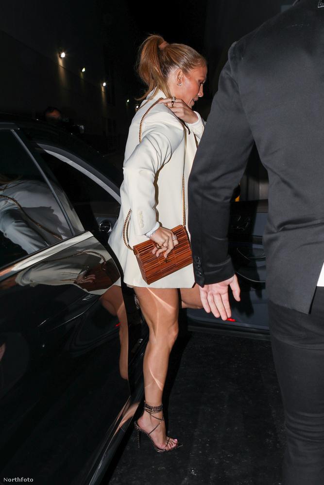 Jennifer Lopez már száll is ki az autóból.