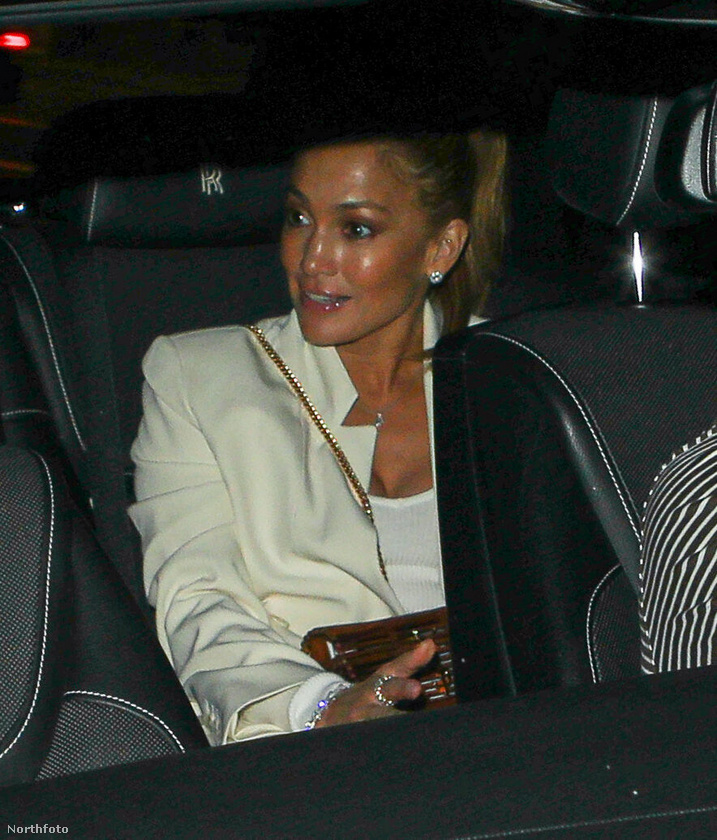 Az előző képen Ben Affleck látszódott nagyjából, ez Jennifer Lopezt mutatja, szóval jó volt a füles, amit a fotós kapott: tényleg a sztárpár ül az autóban.