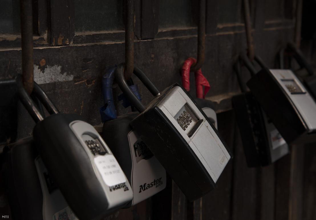 Airbnb-kulcsszéfek egy ház kapuján, Budapesten a VII. kerületben, a Síp utcában