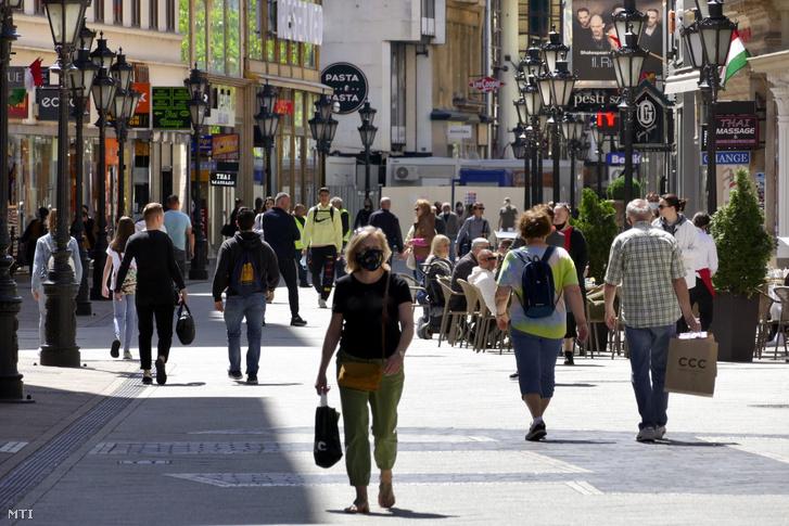 Turisták a Váci utcában, az V. kerületben 2021. június 1-jén