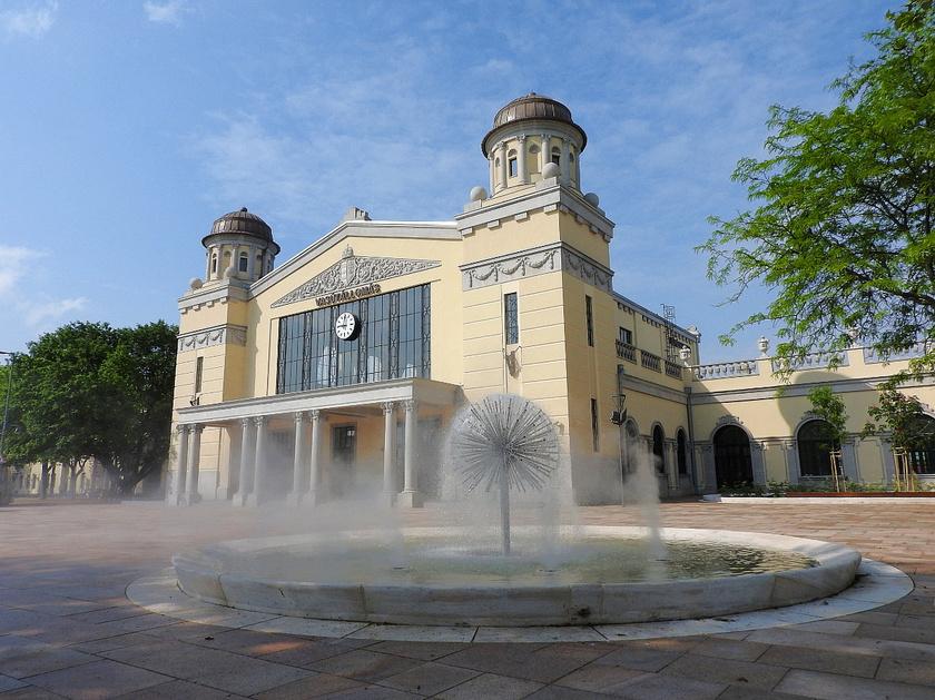 A békéscsabai vasútállomás modern, felújított épülete gyakorlatilag egy építészeti remekmű.