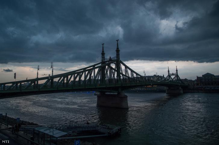 Láncokba fejlődő zivatarfelhő vagyis szupercella a budapesti Szabadság híd felett 2019. július 28-án