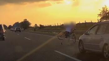 Videó: hajszálon múlott a tragédia az autóról Gyöngyösnél leesett bicikli miatt
