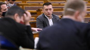 Titkolja Rogán Antal minisztériuma, mennyit fizetett az oltási plakátkampányban részt vevő celebeknek