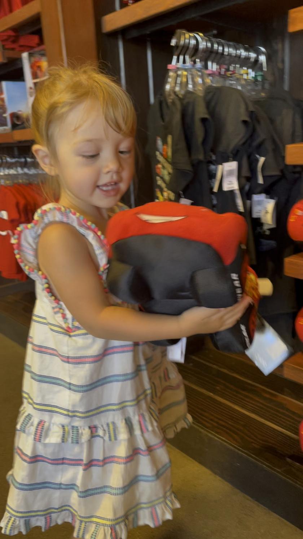 Lyla a Disneyland boltjában pont egy Villám McQueen-plüsst választott magának.