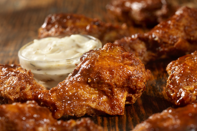 Omlós, mázas csirkeszárnyak házi pácban érlelve: grillen és sütőben is ropogósra sül a bőre