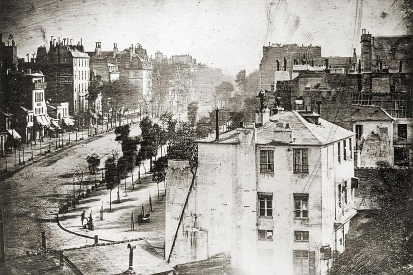 Daguerre Boulevard du Temple című fotójáról úgy tartják, hogy ez a világ legkorábbi élő embert ábrázoló fotográfiája. Az 1838-ban készült fotó bal alsó sarkában egy utcai cipőtisztító és ügyfele látható.