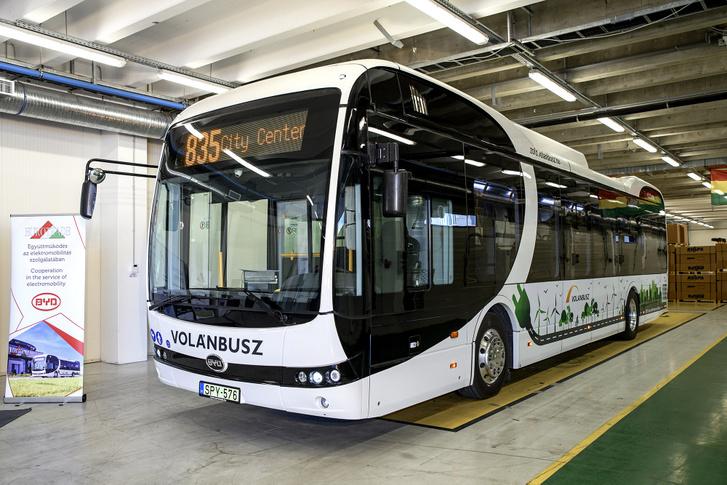 A Volánbusz első elektromos busza egy BYD K9-es, amely Komárno és Komárom között közlekedik