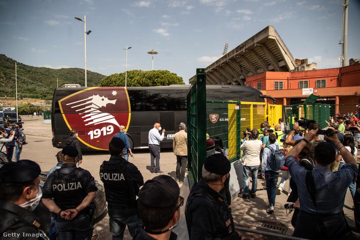 A Pescarából hazatérő Salernitana csapatbusza, miután a klub 23 év után 2021. május 11-én visszajutott az olasz élvonalba