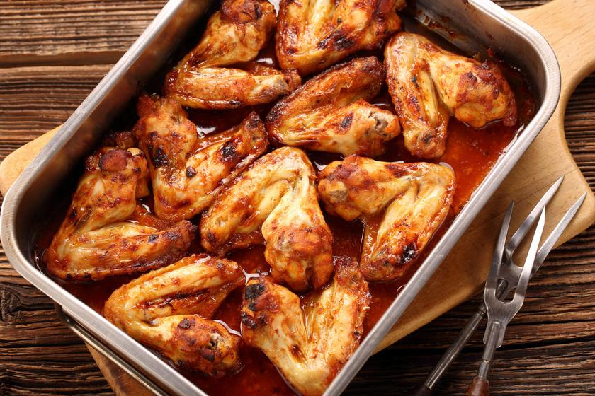 Ragacsos, csípős csirkeszárny pirosra sütve: meccsnézéshez kötelező
