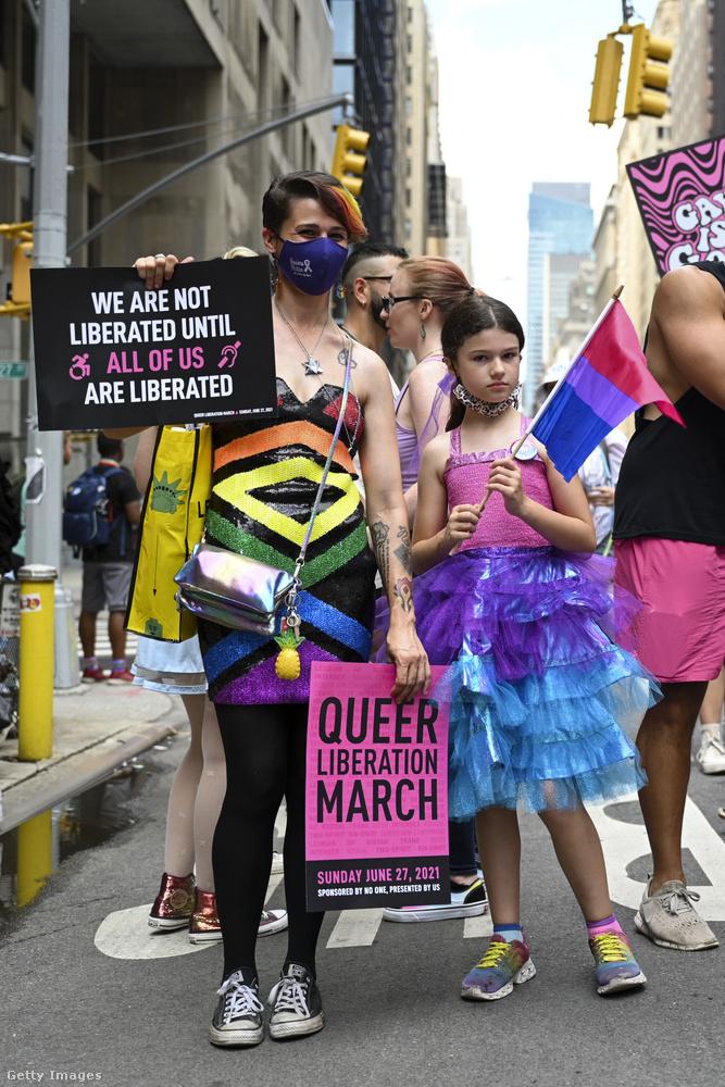 Több ezer ember vonult New York utcáin június 27-én a Queer Liberation March nevű eseményen