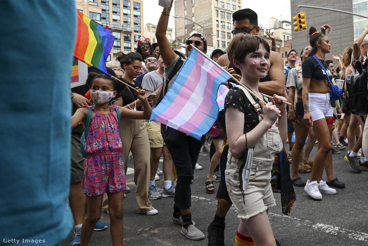 Ez a gyerek például a transzneműek zászlaját viszi a vállán ugyanott, ahol...