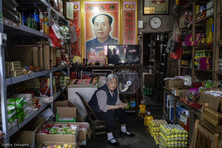 Mao portréját most is nagy becsben tartják, ahogy ez az árus is a vegyesboltban.