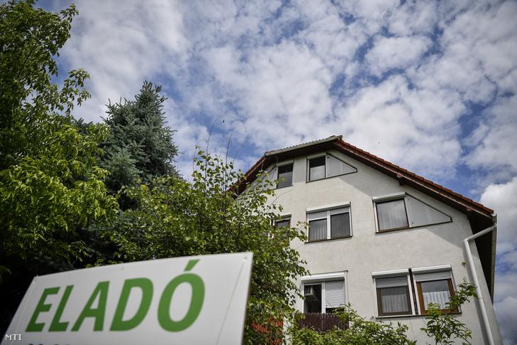 Eladó lakást hirdető felirat egy debreceni társasház előtt 2017. május 25-én