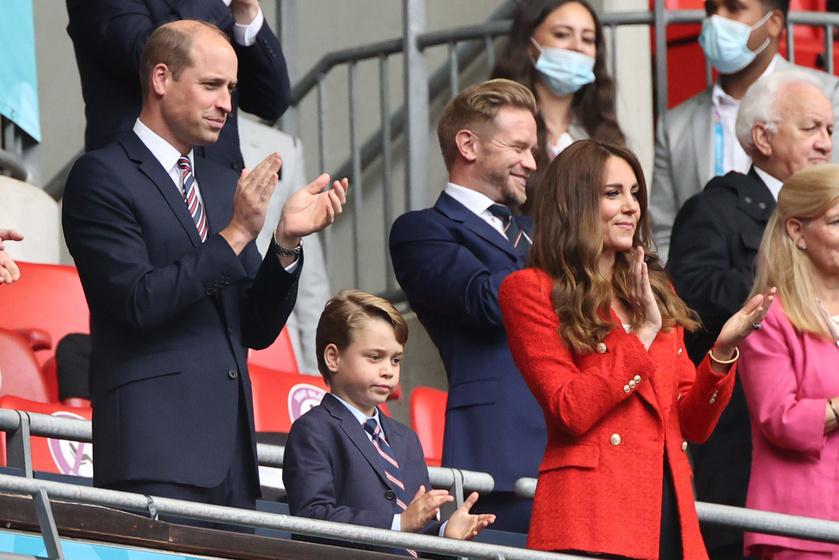 György herceg összeöltözött édesapjával, Katalin pedig egy tűzpiros Zara blézert viselt.