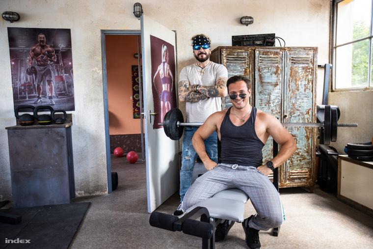Zozo edzőtermében a Damilt játszó Ganxsta Zolee és a Bárány Zozót alakító Gömöri András Máté várnak