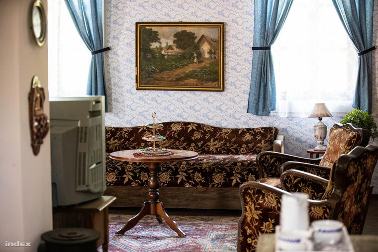 A karakterek házait, például a Molnár Piroska által játszott Róza mama otthonát csak az ablakokon át lehet megcsodálni
