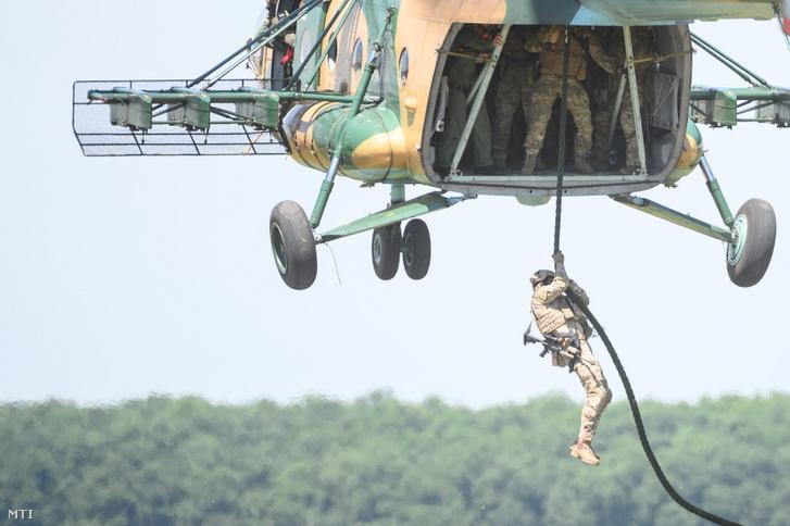 Katonák kötélen ereszkednek le egy Mi-17 típusú harci helikopterből a Black Swan 2021 nemzetközi gyakorlaton a Magyar Honvédség Bakony Harckiképző Központ újdörögdi lő- és gyakorlóterén 2021. június 15-én