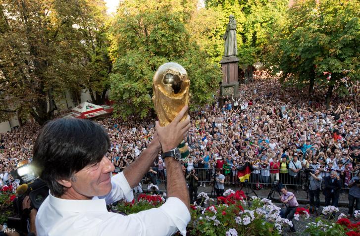 Joachim Löw a világbajnoki trófeával 2014. szeptember 9-én