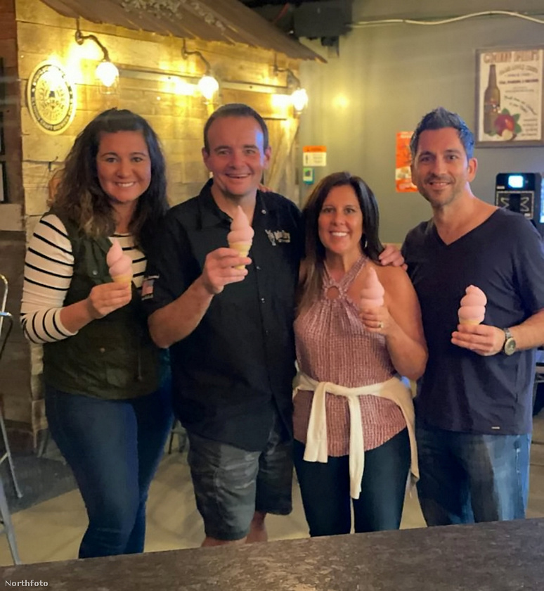 Íme Will Rogers a családjával, mindannyian a találmány által készített fagylaltot tartják a kezükben.