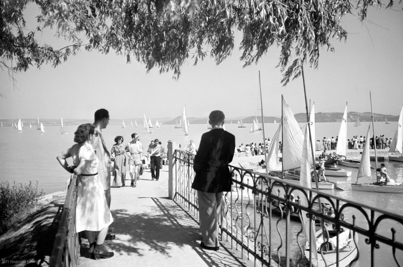 Balatonföldvár, 1954. június 20. Érdeklődők figyelik a vitorlásversenyt a balatonföldvári mólóról