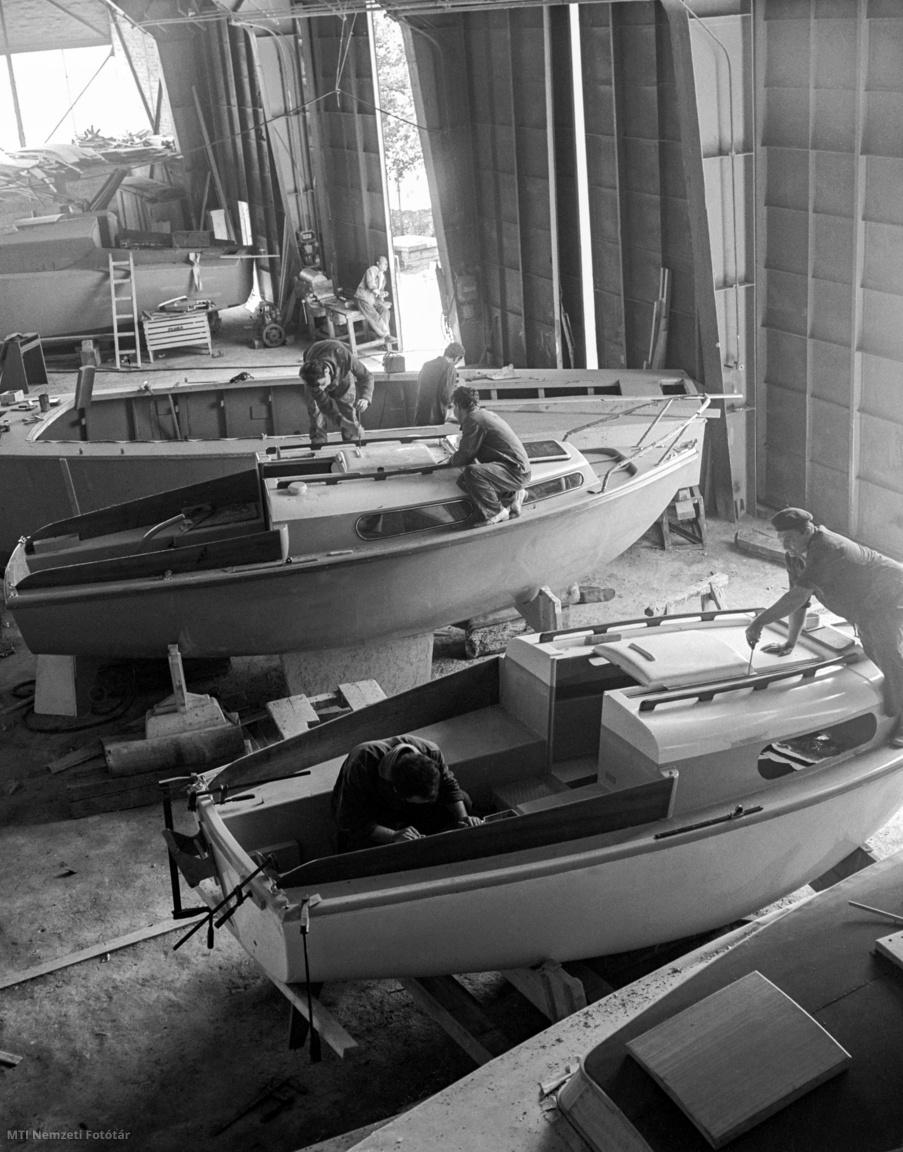 Sorozatban gyártják az angol megrendelésre készülő Amphora típusú műanyag vitorlás hajókat a Magyar Hajó- és Darugyár balatonfüredi gyáregységének sporthajóüzemében 1968. május 22-én