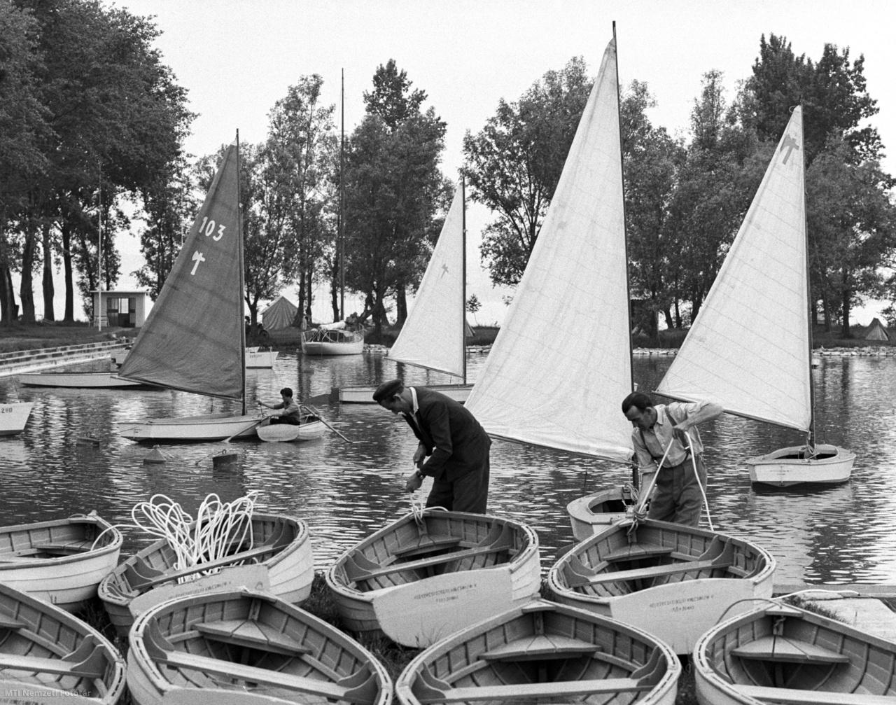 A Belkereskedelmi Kölcsönző Vállalat munkatársai szállításra készítik elő a csónakokat és vitorlásokat a vállalat balatonboglári telepén 1963. május 24-én