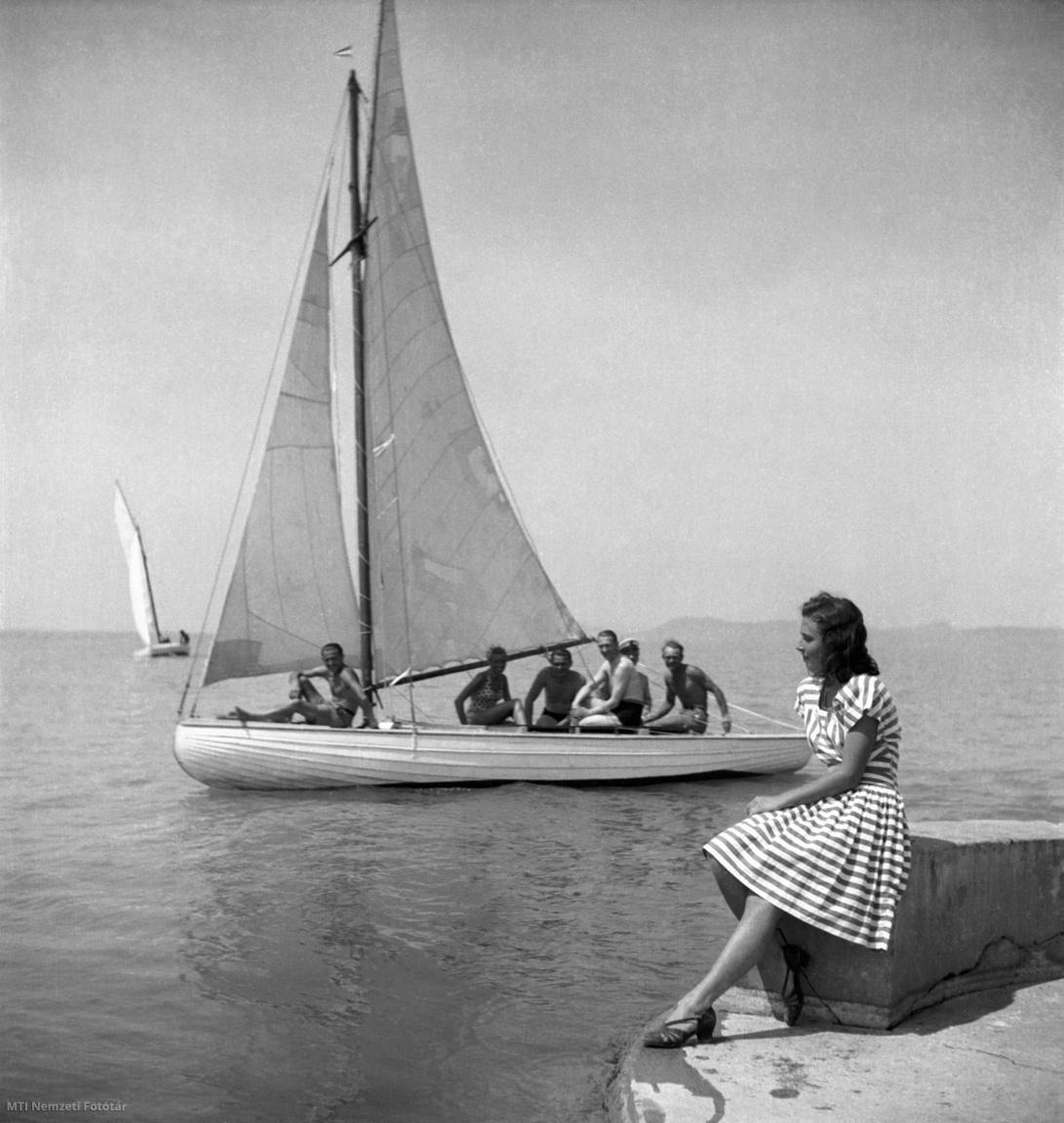 Balatonlelle, 1947. július 20. Vitorlázó férfiak néznek egy napozó fiatal lányt