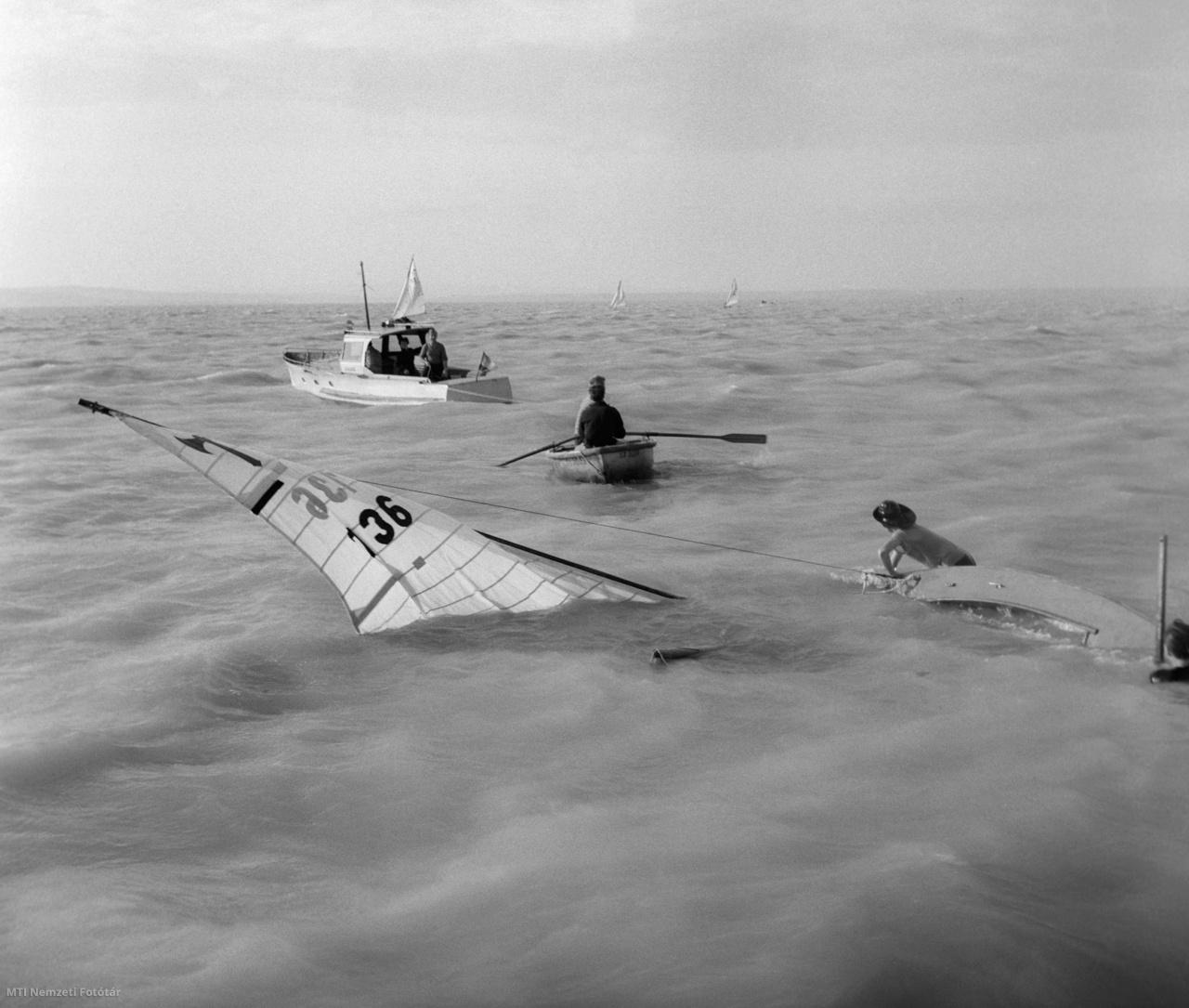 Viharban felborult vitorlást mentenek a Balatonban 1959. július 3-án