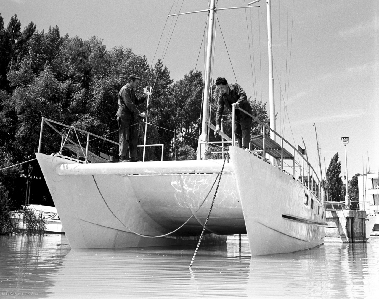 Az utolsó munkálatokat végzik a Magyar Hajó- és Darugyár váci üzemegységében készített új típusú alumíniumból gyártott katamaránhajón a balatonfüredi öbölben 1968. május 23-án