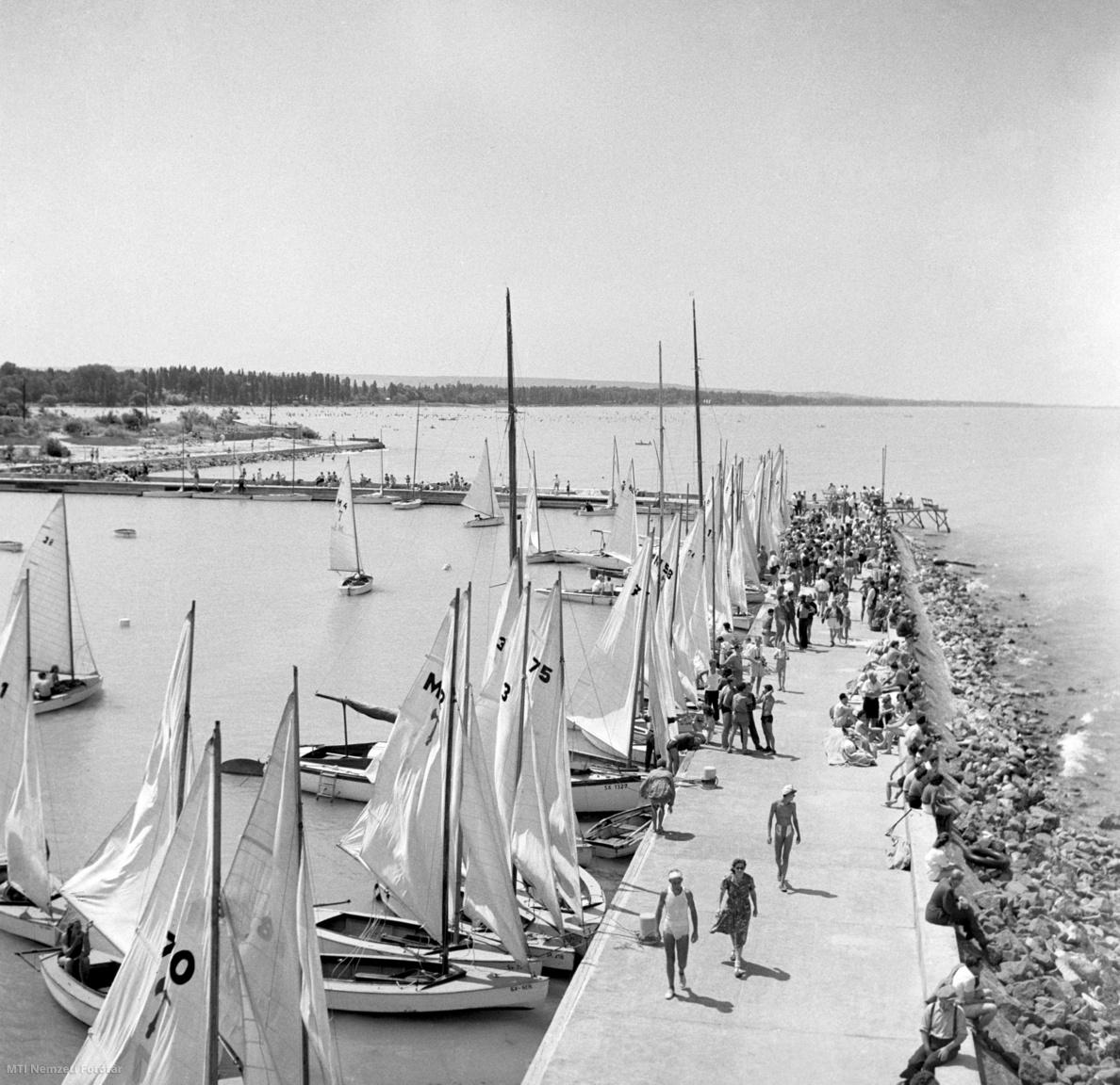 Siófok, 1952. július 14. Vitorlázók és nyaralók a kikötött vitorlások mellett a siófoki mólónál