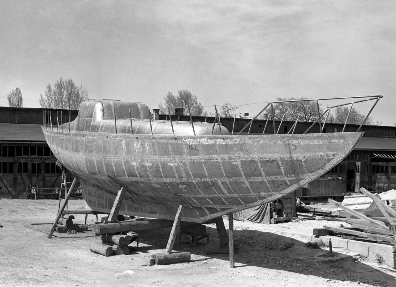 Alumínium hajótest készül a Balatonfüredi Hajógyárban 1955. május 5-én