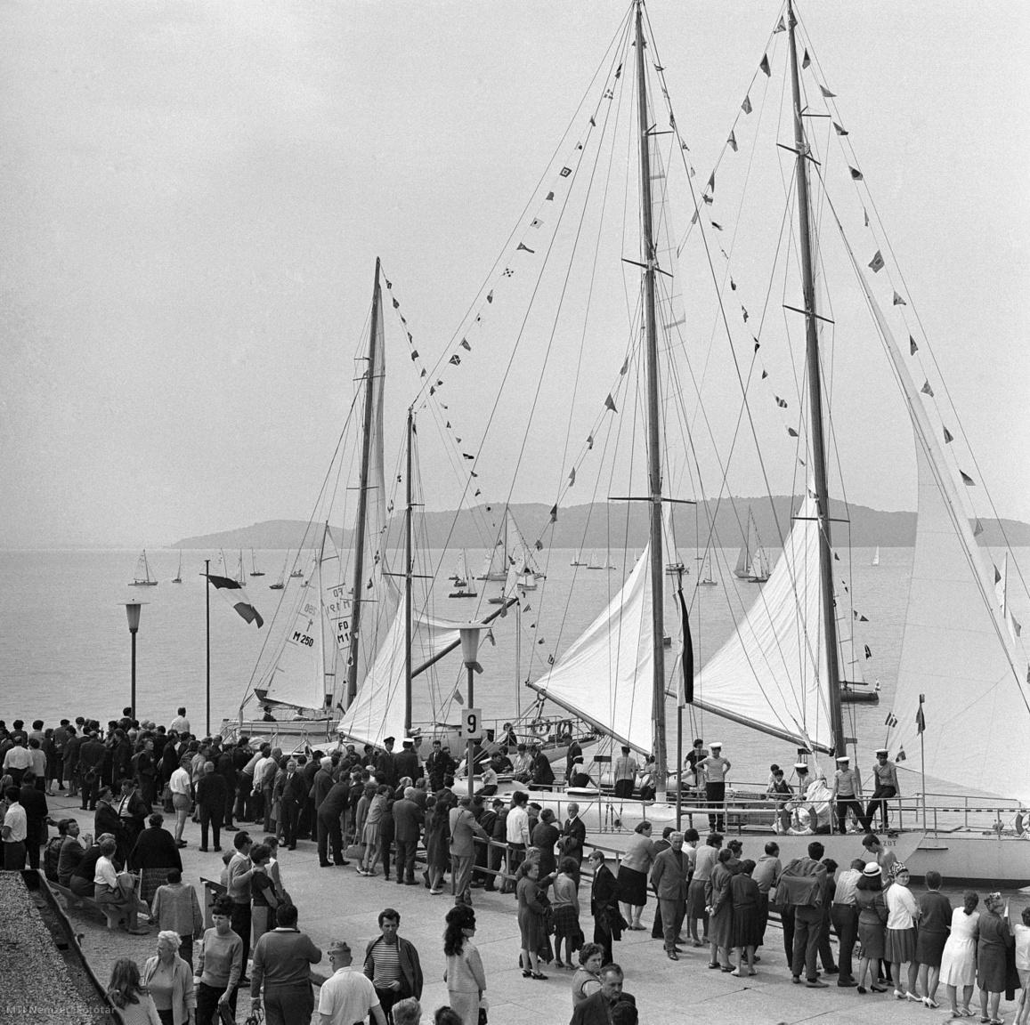AMagyar Vitorlás Szövetség 1967. május 21-én Balatonfüreden rendezte meg hagyományos vitorlabontó ünnepségét. Az évadnyitón Csanádi Árpád, az MTS elnökhelyettese mondott ünnepi beszédet, majd a Himnusz hangjaira felvonták az egyesületek hajóira a vitorlákat. Utána látványos versenyben gyönyörködhetett a sportszerető közönség