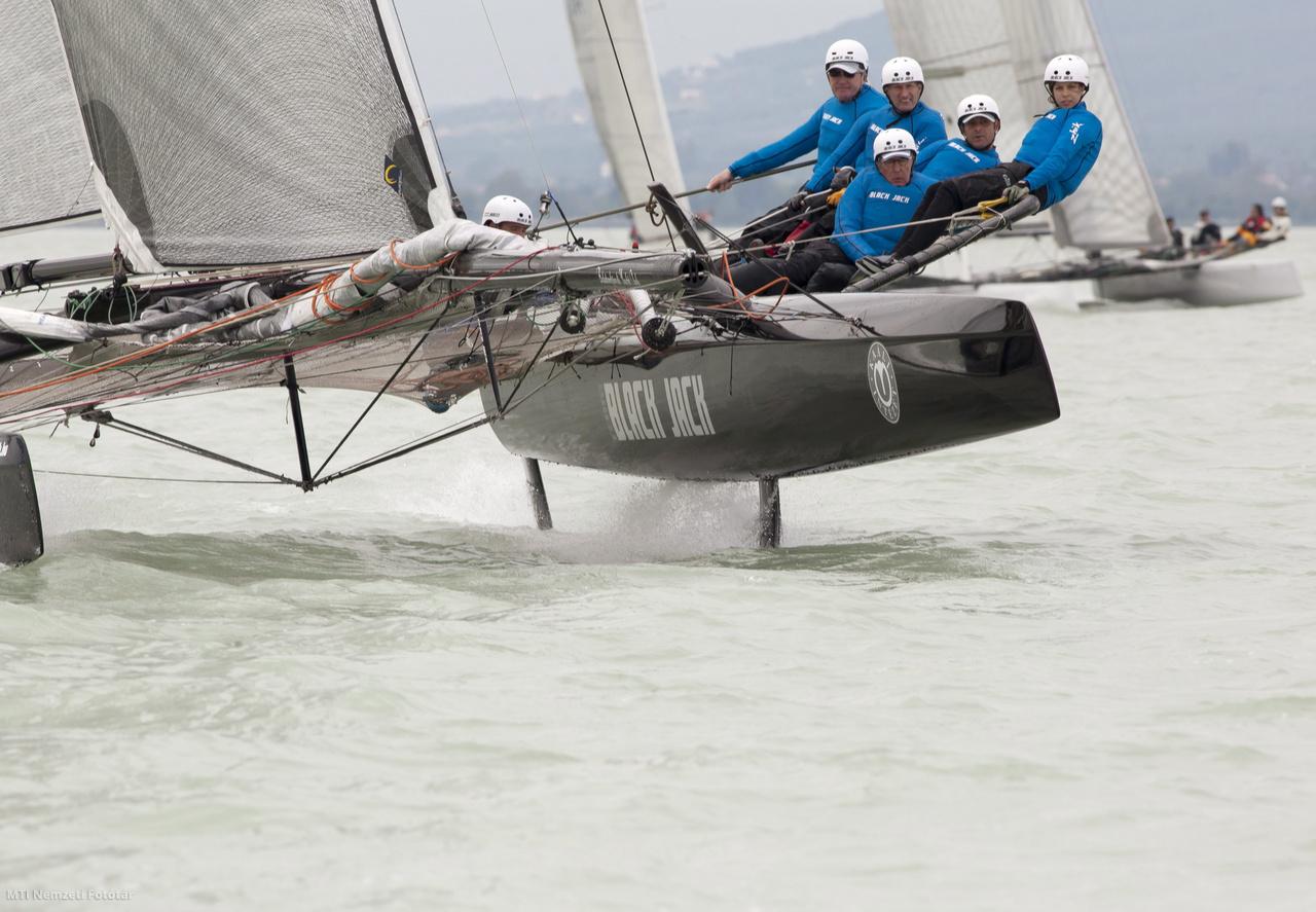 A Nagy R. Attila kormányozta Team Black Jack katamarán az évadnyitó vitorlásversenyen Balatonfüreden 2014. május 17-én. Az iForex Nagydíjra 117 hajó nevezett 31 kategóriában mintegy 600 versenyzővel