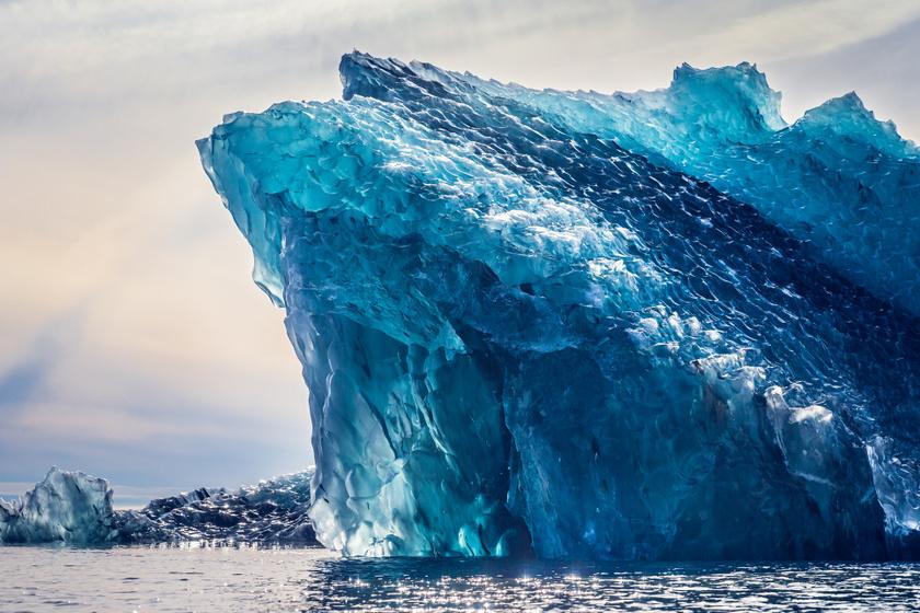 Íme, egy csodálatos, kék színben pompázó jéghegy.