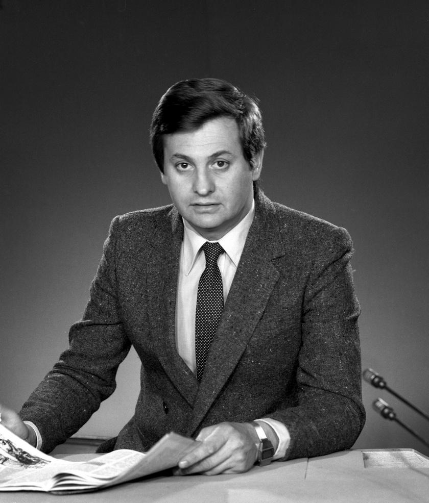 Kovács P. József bemondó 1980 márciusában a Magyar Televízió stúdiójában az adás megkezdése előtti másodpercekben.