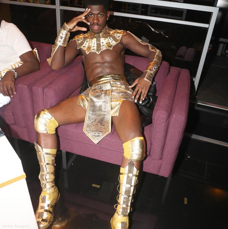 Lil Nas X a fellépőruhájában ejtőzik a BET Awards utáni afterpartin. Kattintson a képre és nagyobb lesz!