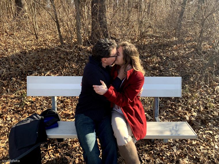 Decemberben volt a második személyes randi, aztán a lány úgymond megkérte Darin kezét: ő javasolta, hogy házasodjanak össze
