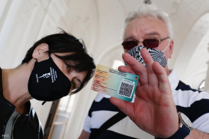 Egy látogató védettségi igazolványát ellenőrzi egy alkalmazott a keszthelyi Festetics-kastély bejáratánál 2021. május 1-jén