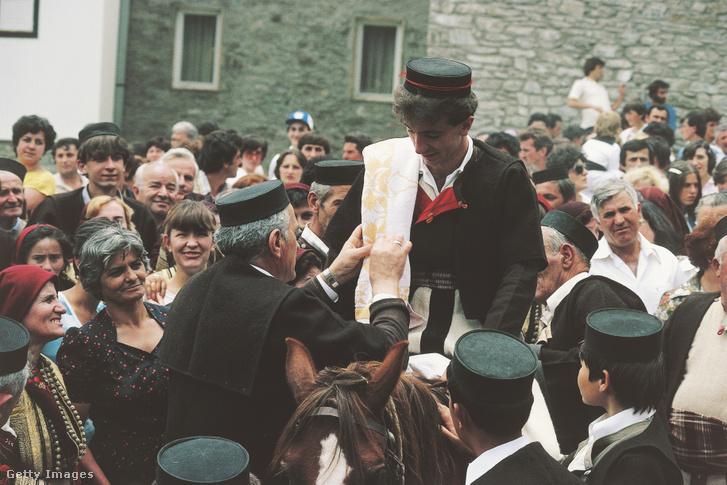 Népviseletben egy észak-macedón esküvőn a vőlegény