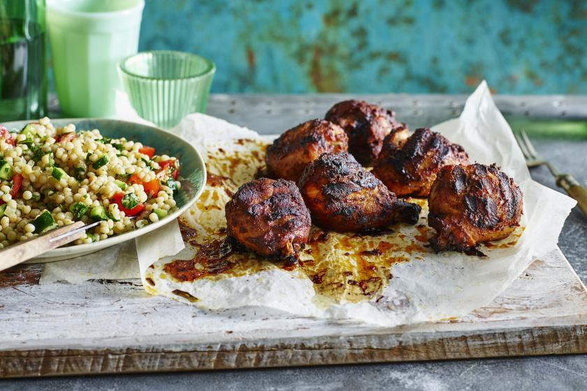 Omlós, ropogós magyaros csirkecombok grillen sütve: a füstölt paprika adja a különleges ízét