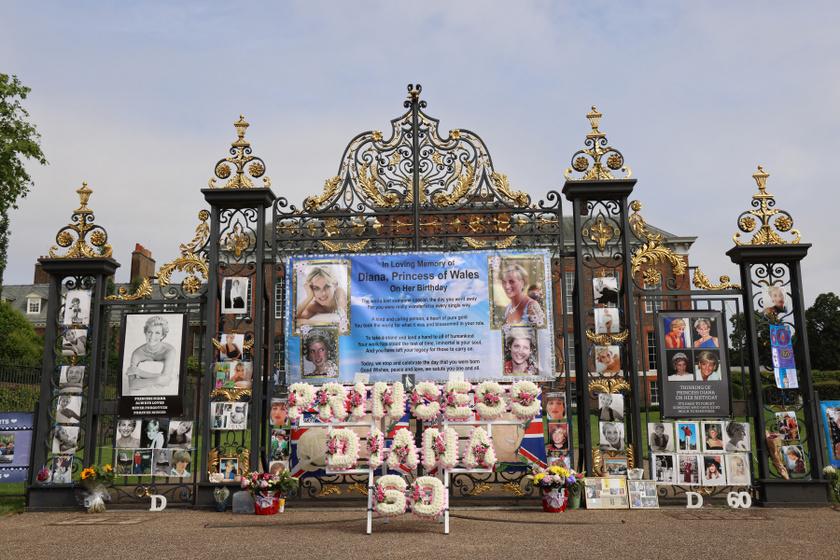 A rajongók gyönyörűen díszítették fel a Kensington-palota kapuját.