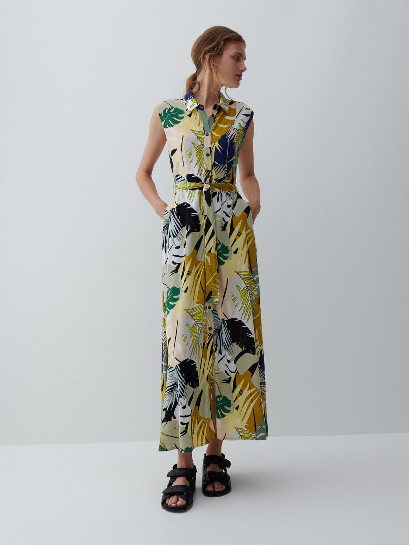 A levél- és dzsungelminta a nyár nagy trendje, így a Reserved kötős, gombos egészruhája különösen sikkes. 9995 forintért vásárolhatod meg.