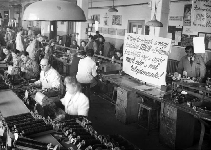 Dolgoznak a munkások az államosított Standard villamossági gyárban 1949 decemberében