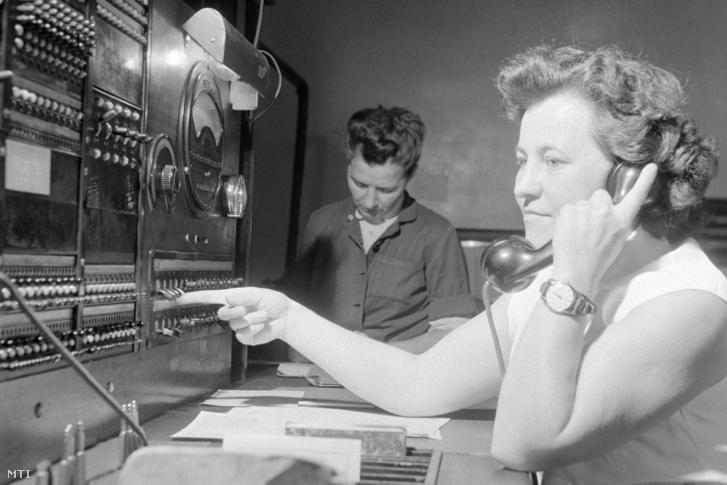Szecskó Gizella vonalvizsgáló telefonál, az előtte lévő készülék segítségével irányítja a telefonműszerészeket 1958. július 18-án. A Posta és az akkori Standard gyár 1928-ban, harminc évvel azelőtt szerelte fel a fővárosban az első automata telefonközpontot