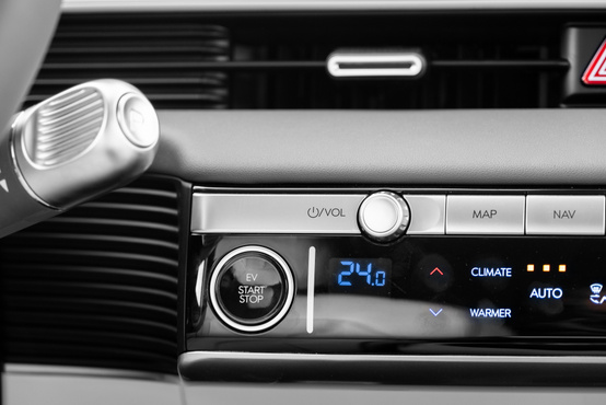 Fizikai gombok + érintőképernyős LCD klímapanel