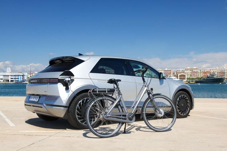 A rendes villanyautós 2 t-vel szoptatja a kerékpárost
